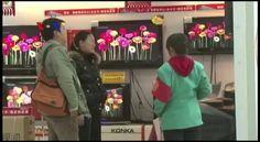Efisiensi di bidang produksi barang berlangsung di banyak negara, salah satunya adalah melalui otomatisasi dan pemanfaatan robot manufaktur. Pabrik-pabrik di China kini juga gencar menggantikan pekerja lini produksi dengan robot akibat ongkos tenaga kerja manusia yang semakin meningkat. Versi awal dipublikasikan pada - http://www.voaindonesia.com/a/robot-industri-gantikan-pekerja-mausia-di-china/3733004.html