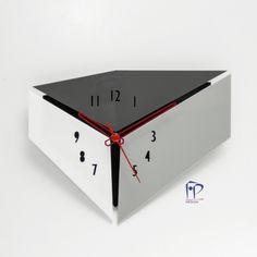 Relógio de parede personalizado em Acrílico. Fácil instalação, ideal para presentes e também para qualquer tipo de ambiente: sala de estar, empresas, consultórios, bares e restaurantes, etc.