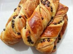 Torsades aux Pépites de Chocolat Thermomix Bread, Braided Bread, Delicious Deserts, Bread Cake, French Pastries, French Food, Artisan Boulanger, Desert Recipes, Hot Dog Buns