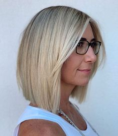 50 Blunt Cuts and Blunt Bobs That Are Dominating in 2020 - Hair Adviser for thin hair over 50 Blunt Cut With Layers, Blunt Haircut With Layers, Blunt Haircut Medium, Lob Haircut Straight, Bob Hairstyles For Fine Hair, Blunt Cuts, Short Cuts, Pixie Haircuts, Straight Cut Bob
