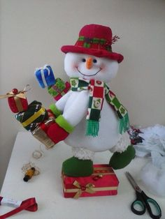 Imagen relacionada Felt Christmas Decorations, Felt Christmas Ornaments, Christmas Stockings, Christmas Holidays, Christmas Wreaths, Christmas Crafts, Holiday Decor, Ski Decor, Snowman Crafts