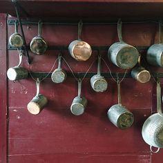 Ô Mon Château !   Les cuisines d'Antonin Carême au château de Valençay....  Aujourd'hui, les cuisines constituent deux salles ouvertes à la visite. Nous pouvons également contempler une très belle cave à vin. Mais l'inventaire de 1815 mentionne : une cuisine, un lavoir, un garde manger, deux pâtisseries, une salle de bain, un office avec lavoir attenant et une salle à manger pour les domestiques. .....