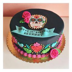 Sugar skull cake with fondant appliqués #2tartsbakery #birthdaycake #sugarskull #nbtx