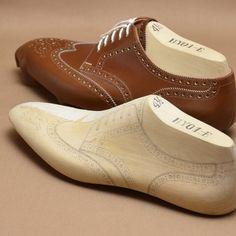 木型に描いたデザイン通りのかたちに仕上げるのって、難しいなぁ…  #realbespoke #shoemaking #shomaker #uppermaker #uppermaking #shoedesign