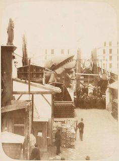 Construction of The Statue of Liberty - Head outside the workshop (in Paris) Photos taken by Albert Fernique, they are part of the collection of the New York Public Library. More photos here Vintage Photographs, Vintage Photos, Antique Photos, Vintage Posters, Saint Médard, Statute Of Liberty, Liberty Statue, Ville New York, Gustave Eiffel