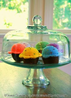 crocheted cupcakes.  free pattern.  Turned out very cute!  The sprinkles are definitely necessary :)