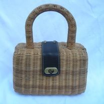 """Chic Vintage Designer Maxx New York Beige Tan Straw Box Basketweave Handbag Purse; Leather Strap Closure  DESIGNER: Maxx New York Marked SIZE: 7"""" x 10""""  Material: Rattan, Straw, Leather Condition: Great Vintage Condition Additional belts are available if you are looking for a specific color... Vintage Handbags, Indie Brands, Basket Weaving, Vintage Designs, Rattan, Belts, Closure, York, Purses"""
