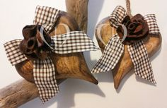 hearts made ​​of solid wood and ribbon flower in felro aquadretti in shades of beige and chocolate