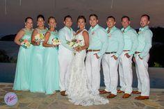 Damas y Bestmen vestidos en tono Acqua, ideal para tu boda en playa por Bodas Huatulco.