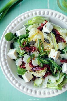 Feta Cheese Salad with Lettuce and Sun-dried Tomatoes Kitchen Recipes, Diet Recipes, Cooking Recipes, Healthy Recipes, Tomato Salad Recipes, Asian Recipes, Ethnic Recipes, Tasty Dishes, Food Inspiration