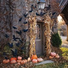It is already October. Once again, it is time for start to preparing for the Halloween party. I think a priority has to be the front porch decorating. So we've gathered some fun ideas for Halloween porch decor in lots… Continue Reading → Spooky Halloween, Halloween Veranda, Halloween Geist, Outdoor Halloween, Holidays Halloween, Halloween Crafts, Happy Halloween, Halloween 2018, Whimsical Halloween