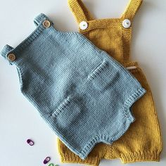 Such a perfect, blue edition of The Pocket Playsuit, made by // Oi, vi elsker jo denne varianten med Baby Knitting Patterns, Knitting For Kids, Baby Patterns, Knitted Baby Clothes, Knitted Romper, Crochet Baby, Knit Crochet, Kids Mode, Pull Bebe