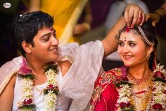 Enchanting Photographs That Illustrate Sindoor Moment is The Most Heart-Stopping Moment of All in Weddings Big Indian Wedding, Bengali Wedding, Indian Weddings, Indian Wedding Couple Photography, Wedding Photography Poses, Wedding Rituals, Wedding Frames, Wedding Couples, Wedding Bride
