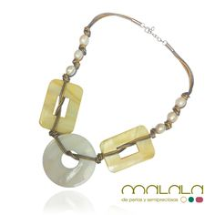 #Collar de #perlas cultivadas, #madreperla y #cuero plateado y dorado. Un conjunto rotundo, de piezas grandes que atraerán todas las miradas. #complemento #verano #hechoamano #necklace