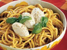 Ricotta Peynirli Bucatini  Bucatini'leri (Spaghetti makarnanın kalını) haşlayın. Diğer tarafta soğan, domates, kabak, 2 çorba kaşığı sızma zeytinyağı, tuz ve 1 çorba kaşığı rendelenmiş parmesan peynirini blender'den geçirin. Bu karışıma ince doğranmış 15 gram fesleğeni ilave edip tekrar çekin. Sosu bir tavaya aktarın, bucatini'leri süzüp soslu…