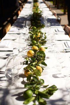 こちらは色のある果実をランナーに見立てて並べるアイディア。お花だけでなく果物を並べてみるのも、ありのままの色を楽しめて素敵です。こちらは葉のついたレモンの黄と緑のコントラストが効果的ですが、黄色の果物ばかりを集めてみるなど、同系色の果物を並べてみてもいいかもしれません。