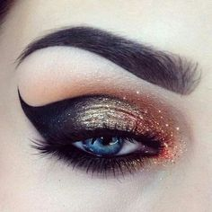glitter + sombra preta + puxadinho casando com o desenho da sobrancelha