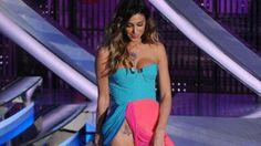 Belen Rodrigez durante la diretta del Festival di Sanremo. Lo spacco del vestito mostra parti intime  del suo corpo davanti una platea di 13 Milioni di telespettatori.