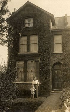 vintage everyday: 99 Interesting Found Photos Capture People Outside Their Houses From Between Antique Photos, Vintage Pictures, Vintage Photographs, Old Pictures, Vintage Images, Old Photos, Old Style House, Historical Photos, Old Houses