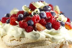 Creative food decoration in white, red and blue colors are a wonderful idea for the of July celebration and preparing delicious and impressive desserts Bolo Pavlova, Anna Pavlova, Best Healthy Recipe Books, My Best Recipe, Healthy Recipes, Aussie Food, Australian Food, Impressive Desserts, Easy Desserts