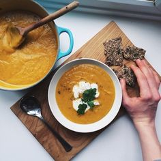 Superfood Siobhan: Roasted Garlic and Rosemary Butternut Squash Soup Butternut Squash Cubes, Roasted Butternut Squash Soup, Vegetarian Recipes, Healthy Recipes, Healthy Soups, Free Recipes, Plant Based Whole Foods, Roasted Garlic, Healthy Foods To Eat