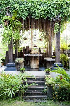 tropical garden Hall facade curtain Bali is set chair Timber create a natural atmosphere Bali Garden, Balinese Garden, Garden Nook, Garden Cottage, Garden Arbour Seat, Garden Grass, Bamboo Garden, Garden Planters, Water Garden