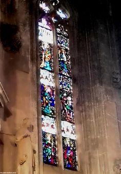 Vidrieras alargadas en una de las capillas de la catedral de Tarragona. Stained-glass windows in one of the chapels of the cathedral of Tarragona Spain