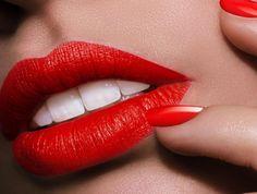 SOUND: http://www.ruspeach.com/en/news/11637/     Банановая кожура может прекрасно отбеливать зубы благодаря наличию лимонной и салициловой кислот. Если после чистки зубов, потереть зубы банановой кожурой, то они станут не только более белыми, но и более крепкими. В банановой кожуре есть не только кислоты, но и полезные витамины и микроэлементы.    The banana peel can perfectly polish teeth thanks to presence of lemon and salicylic acids. If after toothbrushing you rub teeth
