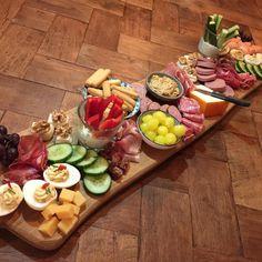 """De Koolhydraatarme Keuken op Instagram: """"⭐️een metertje tapas⭐️op deze zondagavond. Het is al een feestje om de plank te stylen 🧀🥒🍇🥓🥚🥩laat staan om er met je gezin van te eten. En…"""" Bruchetta Recipe, How To Cook Polenta, Xmas Dinner, What To Cook, Party Snacks, Original Recipe, High Tea, Clean Eating Snacks, Good Food"""