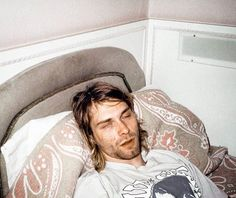 Kurt Cobain was one of the most influential and adored musicians of his generation. The American singer-songwriter was the lead singer of Nirvana and the silent rock god and grunge icon of the alternative music scene of the Kurt Cobain Quotes, Nirvana Kurt Cobain, Frances Bean Cobain, Rare Pictures, Rare Photos, Heath Ledger, K Hole, Kurt And Courtney, Donald Cobain