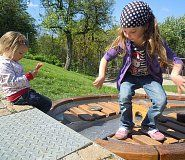 V Otevřené zahradě v Brně si děti skvěle osvojí poznatky z přírodopisu, fyziky, zeměpisu a environmentální výchovy. Chce to náhradní oblečení, až je budete lovit z vodních prvků :-)