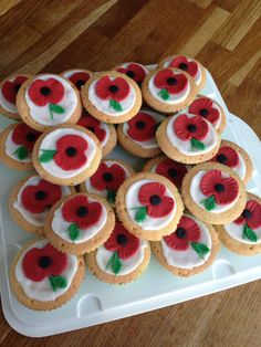 Remembrance Day cupcakes Remembrance Day Poems, Remembrance Poppy, Memorial Day Coloring Pages, Cupcake Template, Happy Fathers Day Pictures, School Cupcakes, Poppy Wreath, Poppy Craft, Anzac Day