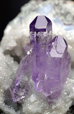 Amethyst-guards against psychic attack, eases headaches and releases tension, reduces bruising and swelling -natural violet Crystal Magic, Amethyst Crystal, Crystal Castle, Light Amethyst, Minerals And Gemstones, Rocks And Minerals, Loose Gemstones, Cristal Art, Beautiful Rocks