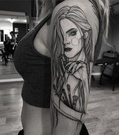 Tatuagem feita por Ricardo da Maia de Curitiba.  Tatuagem em sketch de mulher se maquiando.  #tattoo #tatuagem #tatuaje #art #arte #tattoo2me #blackwork #sketch