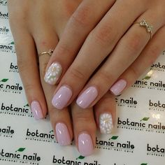 Pinks nails with daisies. Baby Pink Nails, Light Pink Nails, Daisy Nails, Flower Nails, Flower Nail Designs, French Nail Designs, Colorful Nail Designs, Em Nails, Nude Nails