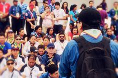 Voluntarios: by: Astharot Gonzalez. Esta foto sin rostro fue tomada en una reunión de voluntarios de la Organización  Scouts del Ecuador, en ella se puede observar cuando uno de sus líderes se dirige a sus compañeros voluntarios, al realizar la foto la idea principal era mostrar a través del lenguaje visual como personas comunes pueden aprovechar los espacios de voluntariado que brinda esta organización a sus participantes para desarrollar sus competencias en el liderazgo.