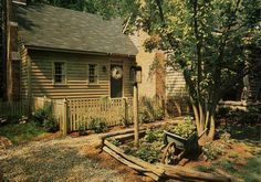 wonderful clapboard cottage with picket & rail fences. New England Style, New England Homes, Primitive Homes, Country Primitive, Log Cabin Homes, Log Cabins, Antique House, Little Gardens, Box Houses