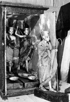 Mueble 275 cuando aún quedan en el interior las dos figuras que muestran a Tutankhamón sobre una barca y armado con un arpón.