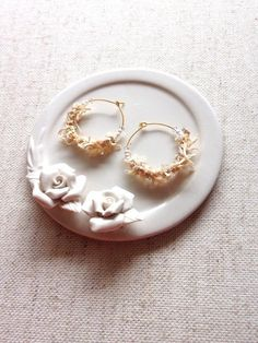*数種類のアヴリル糸を編み込んで、パール、スワロフスキーで仕上げました。ゴールド、パール、スワロフスキーの落ち着いた色味です。シンプル、エレガント、色々なシー...|ハンドメイド、手作り、手仕事品の通販・販売・購入ならCreema。 Creema, Gemstone Rings, Pearl Earrings, Gemstones, Pearls, Handmade, Accessories, Jewelry, Pearl Studs