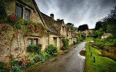 The picturesque cottages on Arlington Row being one of the most visited places in Cotswold. It is no wonder Bibury is regarded by many as the most beautiful village in England. Arlington Row, Magic Places, World Of Wanderlust, Wanderlust Travel, Voyager Loin, English Village, English Cottages, Italian Village, Reisen In Europa