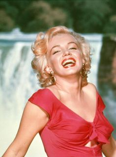 Marilyn Monroe (Norma Jean Mortenson) - Born June She is probably he most celebrated of all actresses. Marilyn made only 30 films in her lifetime, but her legendary status and mysticism will remain with film history forever. Marylin Monroe, Fotos Marilyn Monroe, Marilyn Film, Glamour Hollywoodien, Hollywood Glamour, Classic Hollywood, Old Hollywood, Hollywood Vanity, Hollywood Style