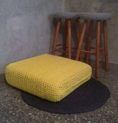 rincon especial, todo de trapillo, fundas taburete, cojín grande y alfombra