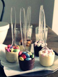 Hot chocolate spoons! Chocolate Sticks, Chocolate Spoons, Hot Chocolate Bars, Chocolate Bomb, Chocolate Gifts, Christmas Hot Chocolate, Christmas Cake Pops, Christmas Food Gifts, Christmas Desserts