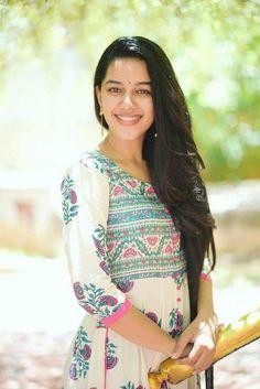 Mirnalini Ravi Gorgeous Photoshoot Stills - LinksInd Cute Beauty, Beauty Full Girl, Beauty Women, Cute Girl Image, Beautiful Girl In India, Beautiful Saree, Beautiful Women, Muslim Beauty, Celebrity Gallery