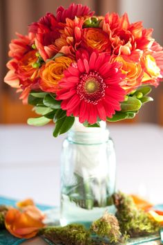 Gerbera Daisy Centerpiece Idea - simple and vibrant! put lace on bottle Simple Flowers, Fresh Flowers, Beautiful Flowers, Bright Flowers, Nice Flower, Autumn Flowers, Happy Flowers, Beautiful Sunset, Spring Flowers
