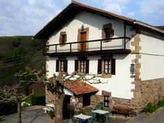 caserio vasco Basque Country, Bilbao, Switzerland, Places To Travel, Travelling, Exterior, Cabin, Mansions, House Styles