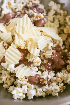 Chocolate-Covered Potato Chip Popcorn - The Girl Who Ate Everything Popcorn Bowl, Popcorn Snacks, Flavored Popcorn, Popcorn Recipes, Pop Popcorn, Gourmet Popcorn, Recipes Appetizers And Snacks, Snack Recipes, Chocolate Covered Potato Chips