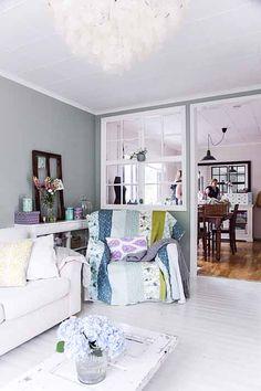 Ikkuna-aukko olohuoneen ja ruokailuhuoneen välissä Floor Colors, Home And Deco, Comfort Zone, Ideal Home, Sweet Home, Couch, Flooring, Blog, Interior Design