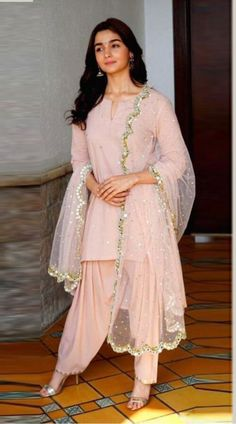 20 Ideas For Wedding Boho Dress Bridal Style Indian Attire, Indian Ethnic Wear, Indian Suits Punjabi, Indian Wedding Outfits, Indian Outfits, Dress Wedding, Pakistani Dresses, Indian Dresses, Trends 2018