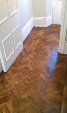 Traditional herringbone wood parquet - classic and timeless adding a sophisticated pattern, look and feel to the space. click now for more info. Ceramic Wood Floors, Wood Parquet, Parquet Flooring, Planchers En Chevrons, Parquet Chevrons, Wood Floor Bathroom, Hall Flooring, Deco Champetre, 1930s House